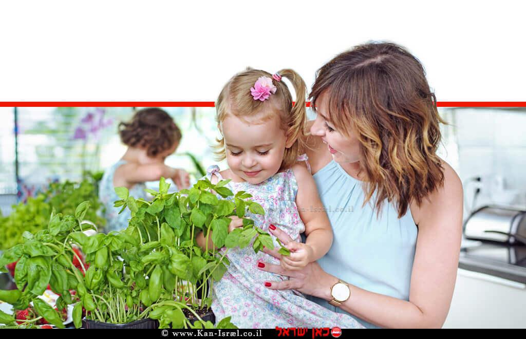 אמא ובתה הקטנה עם אדנית לגידול גן ירק וצמחי תבלין בבית | עיבוד צילום ממחושב: שולי סונגו©