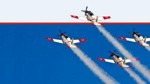 מטס חיל האוויר של הצוות האווירובטי במפגן הצדעה | צילום: ויקיפדיה | עיבוד צילום: שולי סונגו ©