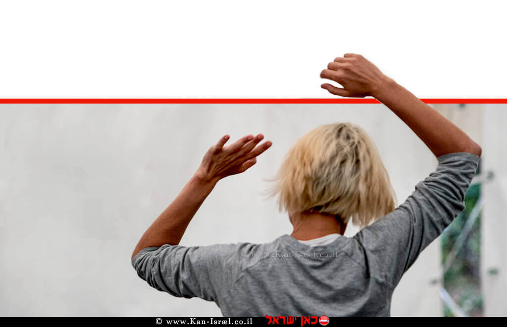 אישה צעירה מתאמנת על פי שיטת פלדנקרייז | עיבוד צילום: שולי סונגו ©