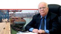 דר' יורם זבהנשיא לשכת הספנות הישראלית ברקע: אנייה בנמל חיפה | צילום: יורם דורון גולן | עיבוד צילום: שולי סונגו ©