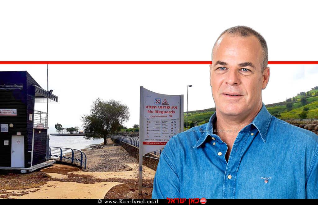 עידן גרינבאום יושב ראש איגוד ערים כינרת ברקע: תחנת הצלה בחוף איגוד ערים כינרת | צילום: רשות הכינרת | עיבוד ממחושב: שולי סונגו©
