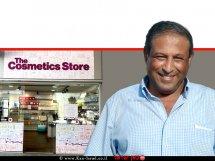 מנחם מעודי מנכל מתחם עופר בילו סנטר ברקע: חנות מוצרי קוסמטיקה The Cosmetics Store (דה קוסמטיקס סטור)|צילום: ליז פרץ | עיבוד צילום ממחושב: שולי סונגו©