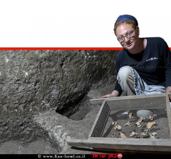 תהילה שדיאל מנהלת החפירה, עם שברי נרות חרס מתקופת בית שני שנחשפו בתוך המערכת התת קרקעית   צילום: שי הלוי, רשות העתיקות   עיבוד צילום: שולי סונגו ©