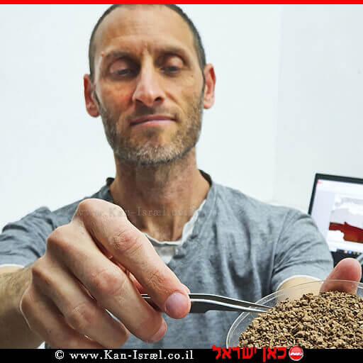 דר' ליאור וויסברוד עם מאובנים זעירים של מכרסמים מהחפירה | צילום: יולי שוורץ, רשות העתיקות