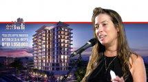 העיתונאית-חוקרת שרון שְפּוּרֶר, ברקע: בניין שמשווקת חברת 'אורבן נדלן בעירבון מוגבל' | צילום: ויקיפדיה | עיבוד צילום: שולי סונגו ©