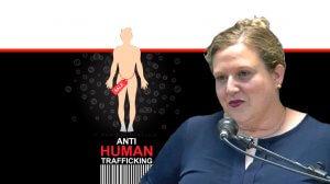 עורכת דין דינה דומיניץ, מנהלת היחידה הממשלתית לתיאום המאבק בסחר בבני אדם ברקע: קורבן סחר למכירה | עיבוד צילום: שולי סונגו ©