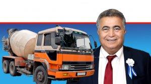 שר הכלכלה והתעשייה חבר הכנסת עמיר פרץ ברקע: משאית מלט | עיבוד צילום: שולי סונגו ©