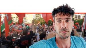תומר אפלבאום, צילום עצמי ברקע: הפגנת ערבים ויהודים בתל אביב נגד תכנית הסיפוח של יהודה ושומרון | עיבוד צילום: שולי סונגו ©