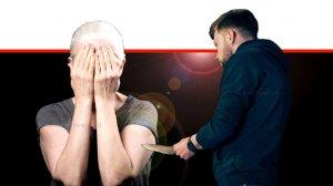 גבר מאיים בסכין על אישה זקנה, אילוסטרציה | עיבוד צילום: שולי סונגו ©