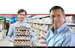 דר' נחום איצקוביץ' מנכל משרד החקלאות ופיתוח הכפר, ברקע: גבר שרכש תבניות ביצים | עיבוד צילום: שולי סונגו ©