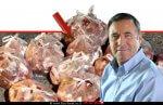 דר' נחום איצקוביץ' מנכל משרד החקלאות ופיתוח הכפר, ברקע הבשר עוף וגבינות שנתפס בירושלים | עיבוד צילום: שולי סונגו ©
