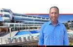 עופר חיוּת מנכל רשת רשת מלונות אוליב ו'רימונים' ברקע: מלון Oilve אקוודוקט | צילום: יובל הנדלר | עיבוד צילום: שולי סונגו ©