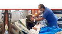 דר' ג'מיל מוחסין, מסייע לטיפול באימו, כיראם, בתוך המחלקה למאומתי קורונה במרכז הרפואי הלל יפה חדרה | דוברות הלל יפה| עיבוד צילום: שולי סונגו ©