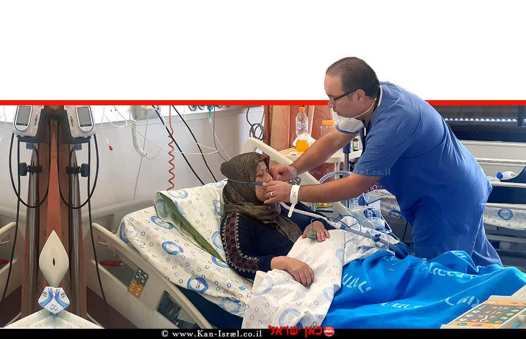 דר' ג'מיל מוחסין, מסייע לטיפול באימו, כיראם בתוך המחלקה ל'מאומתי קורונה' ב'מרכז הרפואי הלל יפה' חדרה | דוברות הלל יפה| עיבוד צילום: שולי סונגו ©