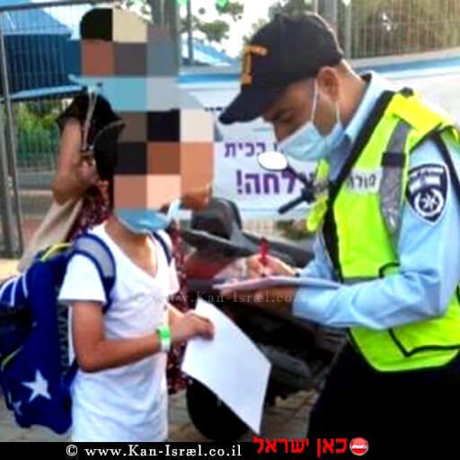 שוטר במחוז תל אביב נותן לתלמידה דוח משטרה חיובי   צילום: דוברות המשטרה   עיבוד צילום: שולי סונגו ©
