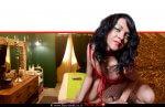 חדר בבית הבושת שנחשף בעיר חדרה | צילום: דוברת משטרה | ברקע: זונה על שולחן, הדמייה | עיבוד: שולי סונגו ©