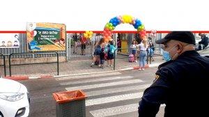 שוטר מחוז תל אביב משגיח בעת כניסת התלמידים ביום הראשון לבית הספר השכונתי שפירא | צילום: דוברות המשטרה | עיבוד צילום: שולי סונגו ©
