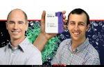 פרופ' אדם דה-לה זרדה מייסד ומנכל Visby Medical משמאל: מר איתי הראל | ברקע: מכשיר ה-PCR לזיהוי מהיר לוירוס Covid-19 | עיבוד: שולי סונגו ©