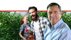 מנכל משרד החקלאות ופיתוח הכפר, דר' נחום איצקוביץ', ברקע :זוג צעיר מאושר של חקלאים העובדים בחממה | עיבוד: שולי סונגו ©