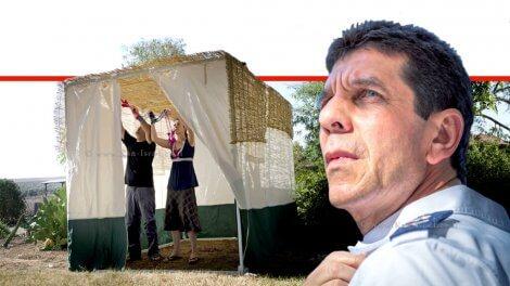 אלי בין, מנכל ארגון מגן דוד אדום | ברקע: בונים סוכה לקראת חג סוכות | עיבוד: שולי סונגו ©