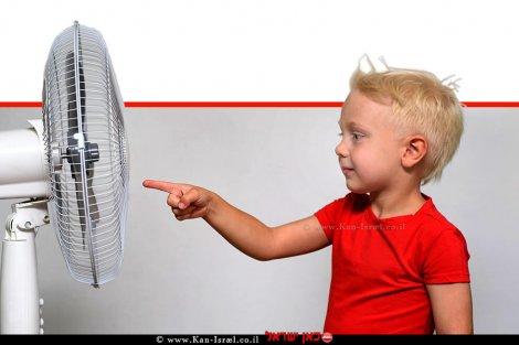 ילד נוגע באצבעו במאוורר   עיבוד: שולי סונגו ©