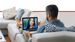 גבר מנהל שיחה אינטימית עם צעירה מול מצלמת רשת | צילום: הדמייה | עיבוד: שולי סונגו ©