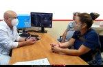 דר' איל ברבלק עם חנה לידר ובעלה מקבלים הסבר ביום השחרור מבית החולים הלל יפה | עיבוד: שולי סונגו ©