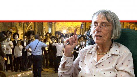 כבוד שופטת בית המשפט העליון בדימוס, דליה דורנר נשיאת מועצת העיתונות והתקשורת, ברקע: מפגינים חרדים בירושלים | צילום: דוברות המשטרה | עיבוד: שולי סונגו ©