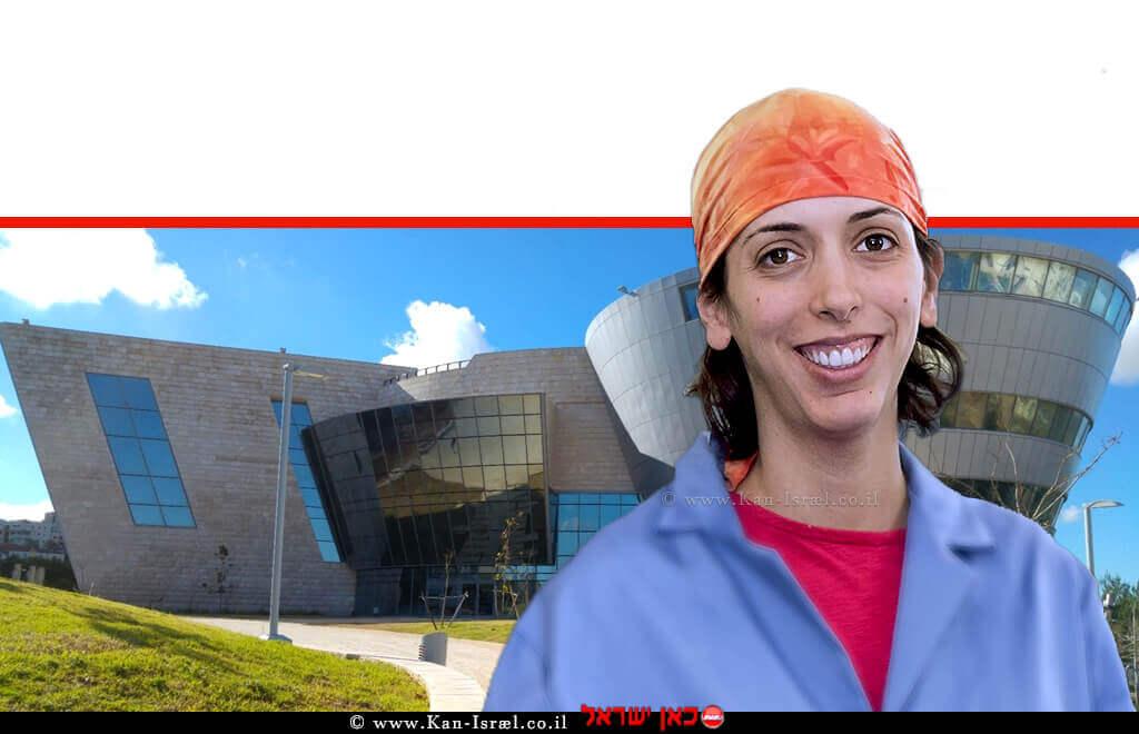 פרופ' מינדי לוין מהמחלקה למדעי הכימיה   צילום מיכאל סלרנו, אוניברסיטת רוד איילנד   ברקע: אוניברסיטת אריאל   עיבוד: שולי סונגו ©