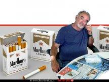 רפי אוליאל, כותב פוסטים ברשתות החברתיות ברקע: חפיסות סיגריות של מרלבורו לייט | עיבוד: שולי סונגו ©