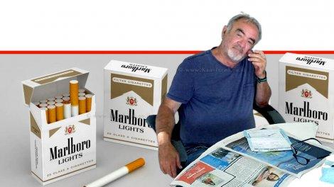 רפי אוליאל, כותב פוסטים ברשתות החברתיות ברקע: חפיסות סיגריות של מרלבורו לייט   עיבוד: שולי סונגו ©