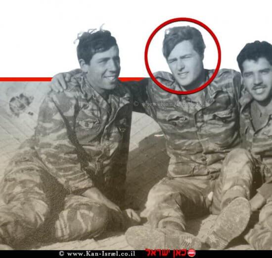 סמל אלטר-דוב רוזנבלום (במרכז) בן חסיה ושלמה, עם חברים לנשק מחטיבת גולני, שנפל ב-ביום א' בסיון תשכז, 09.06.1967, בן 20 בנופלו | עיבוד צילום: שולי סונגו ©