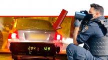 שוטר תנועה ברקע: רכבו של הנהג הירושלמי בן 36 שנתפס על ידי שוטרי אגף התנועה במהירות חריגה של 204 קילומטר לשעה | צילום: דוברות המשטרה (אגף התנועה) | עיבוד: שולי סונגו ©