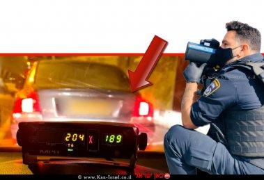 שוטר תנועה ברקע: רכבו של הנהג הירושלמי בן 36 שנתפס על ידי שוטרי אגף התנועה במהירות חריגה של 204 קילומטר לשעה   צילום: דוברות המשטרה (אגף התנועה)   עיבוד: שולי סונגו ©