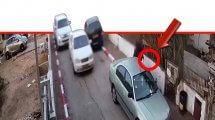 תושב נתניה בן 65 בדרכו עם סכין (בעיגול) ששימשה אותו לדקור את שכנו ברחוב גולד, בוויכוח על חנייה | צילום: דוברות המשטרה | עיבוד: שולי סונגו ©