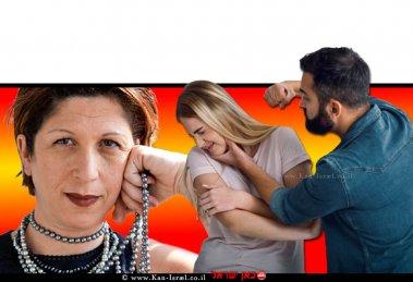 עורכת הדין רוני אלוני סדובניק, פמיניסטית אקטיביסטית בעולם המשפט ברקע: גבר מכה אישה | עיבוד צילום: שולי סונגו ©