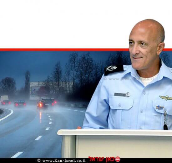 ניצב אלון אריה, ראש אגף התנועה של משטרת ישראל ניצב אלון אריה, ברקע: כלי רכב במזג אוויר סוער | צילום: דוברות המשטרה | עיבוד: שולי סונגו ©