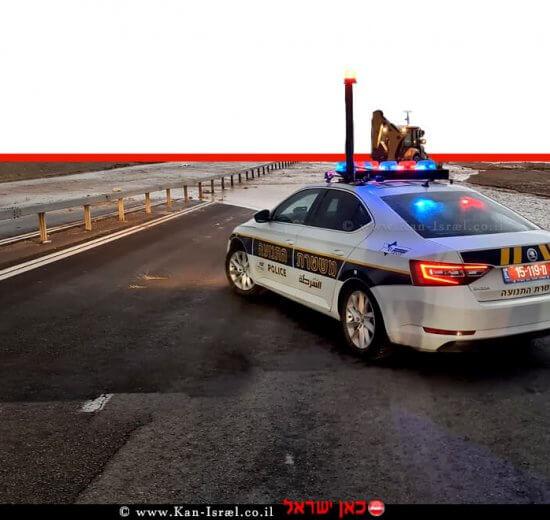 רכב משטרת התנועה לפני הצפת נחשול מי גשמים בכביש | צילום: דוברות המשטרה | עיבוד: שולי סונגו ©
