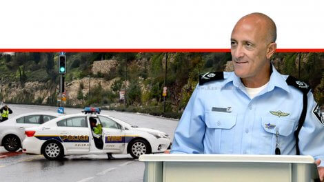 ניצב אלון אריה ראש אגף התנועה של משטרת ישראל ברקע: כביש חלקלק המועד לתאונות דרכים עקב מזג אוויר סוער| צילום: ארכיון משטרת התנועה | עיבוד צילום: שולי סונגו ©
