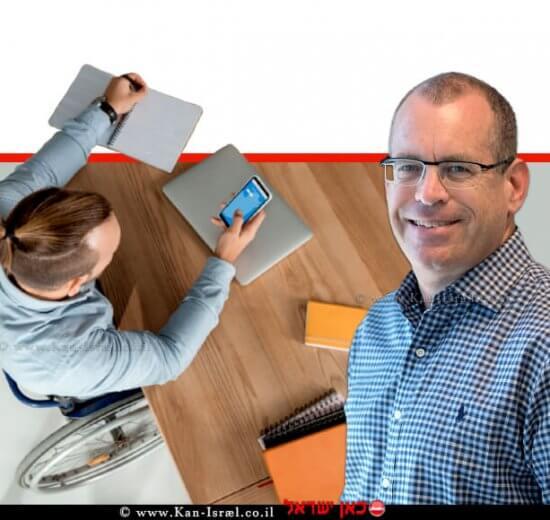 מארק גרנות, מנכל אפלאוז ישראל ברקע: איש על כסא גלגלים , משתמש בסמארטפון | צילום: אמיר זלצר | עיבוד צילום: שולי סונגו ©
