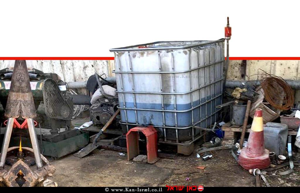 ערימות של פסולת על קרקע מזוהמת באחד מאתרי הפסולת הלא חוקיים שאותרו על ידי 'המשטרה הירוקה' של משרד הגנת הסביבה | צילום: המשטרה הירוקה, המשרד להגנת הסביבה | עיבוד צילום: שולי סונגו ©