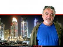 רפי אוליאל, כותב פוסטים ברשתות החברתיות לא בדובאי ברקע: דובאי, עיר הבירה של אמירות | צילום: ויקיפדיה | עיבוד: שולי סונגו ©