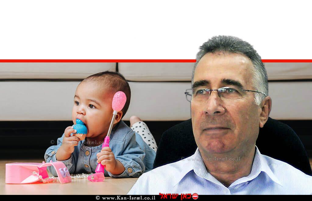 הממונה על התקינה של משרד הכלכלה והתעשייה, מר יעקב וכטל ברקע: פעוט משחק בצעצוע |עיבוד צילום: שולי סונגו ©