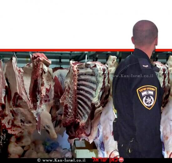 שוטר צופה בבשר הפסול באחד מהאטליזים בעיר טמרה | צילום: דוברות המשטרה