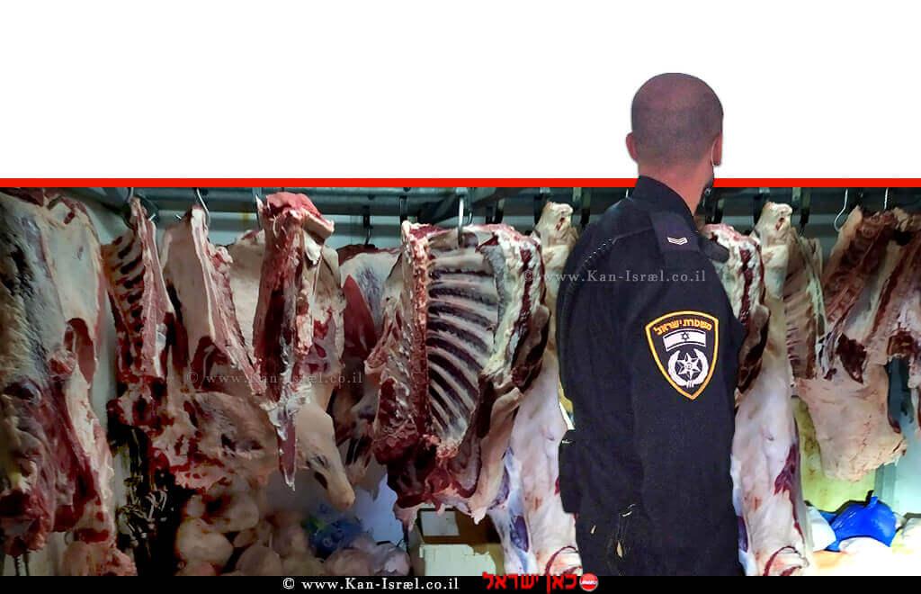 שוטר צופה בבשר הפסול באחד מהאטליזים בעיר טמרה | צילום: דוברות המשטרה | עיבוד צילום: שולי סונגו ©