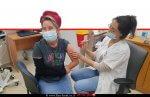מרסל איטח אחראית על החינוך הביתי במחוז ומלמדת מתמטיקה בחטיבה בית ספר אורט שלומי מקבלת חיסון נגד קורונה | עיבוד צילום: שולי סונגו ©