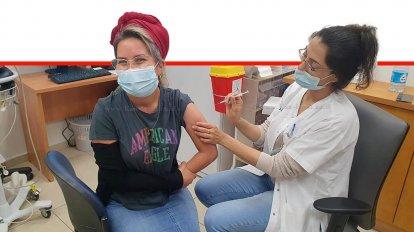 מרסל איטח אחראית על החינוך הביתי במחוז ומלמדת מתמטיקה בחטיבה בית ספר אורט שלומי מקבלת חיסון נגד קורונה   עיבוד צילום: שולי סונגו ©