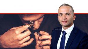 אופיר גור, מנהל מינהל יהלומים, אבני חן ותכשיטים והמפקח על היהלומים במשרד הכלכלה והתעשייה ברקע: גמולוג תכשיטים | צילום: לעמ | עיבוד צילום: שולי סונגו ©