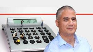 רן קויתי מנהל הסוכנות לעסקים קטנים ובינוניים ברקע מוכנת חישוב | צילום סבין שטרנברג | עיבוד צילום: שולי סונגו ©