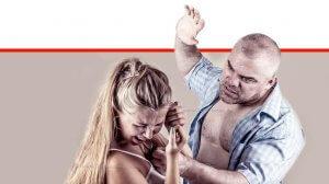 גבר מכה את בת זוגו, צילום לצורך המחשה | עיבוד צילום: שולי סונגו ©